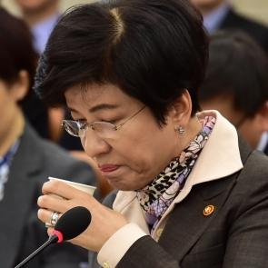 목 축이는 김영주 노동부 장관