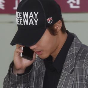 김현중, 전화 받으며 조용히 입국