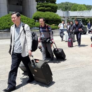 정부 전용기 탑승하는 남측 취재단