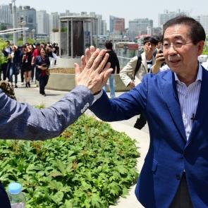 박원순, 시민들과 하이파이브