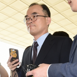 취재진 질문듣는 문무일 총장