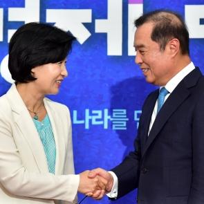 악수 나누는 추미애 대표와 김병준 비대위원장
