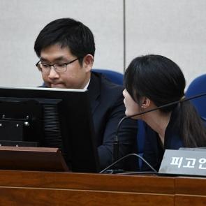 논의하는 박근혜 전 대통령 변호인들