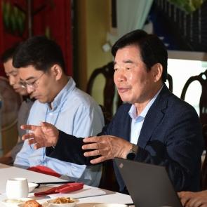 취재진 질의 답하는 김진표 당대표 후보