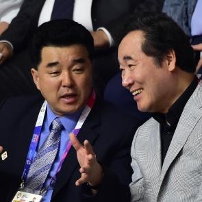 남북단일팀 경기 관란하며 대화나누는 이낙연-김일국