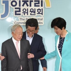 손경식 회장 안내하는 이목희 부위원장