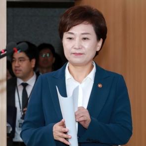 입장하는 김현미 국토교통부 장관