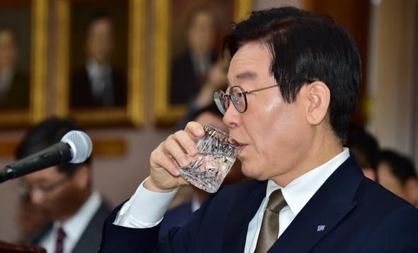 물 마시는 이재명 경기도지사