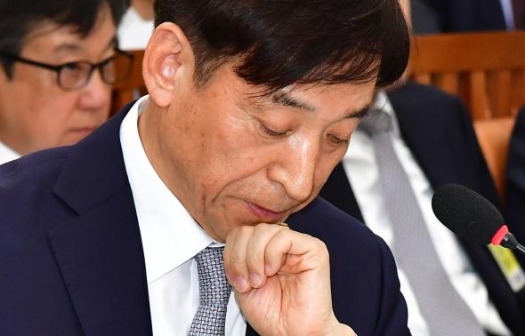 이주열 한국은행 총재 '국감 답변 고심'