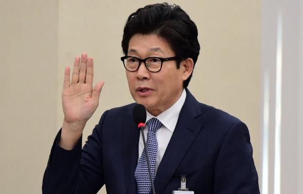 선서하는 조명래 환경부 장관 후보자