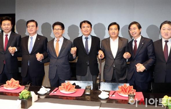 손 맞잡은 자유한국당재건비상행동 모임