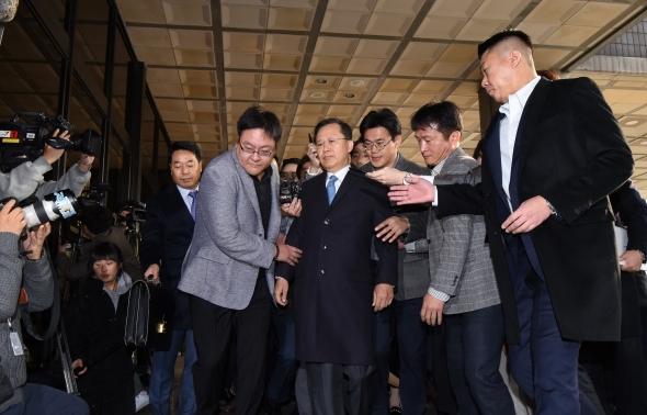 검찰 조사실 향하는 박병대 전 대법관
