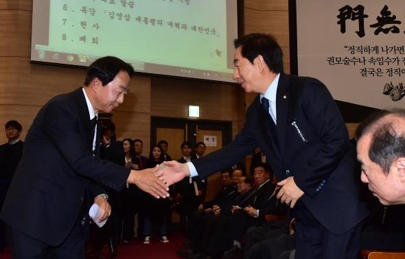 악수하는 김성태-김현철