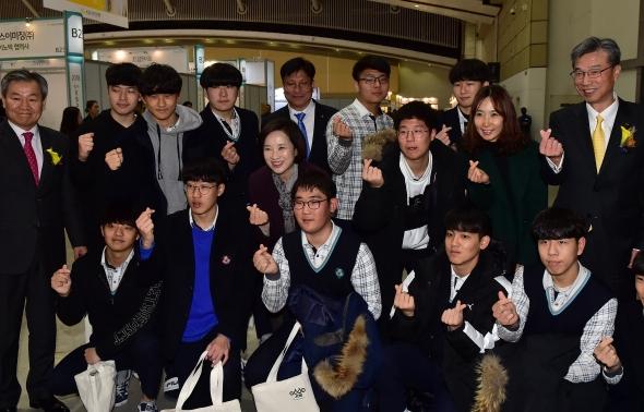 유은혜-허인 '취업박랍회 찾은 학생들과 손하트'