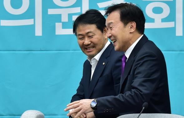 손학규-김관영 '손 잡고 의총 참석'