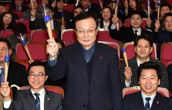 파란 장미 든 이해찬 민주당 대표