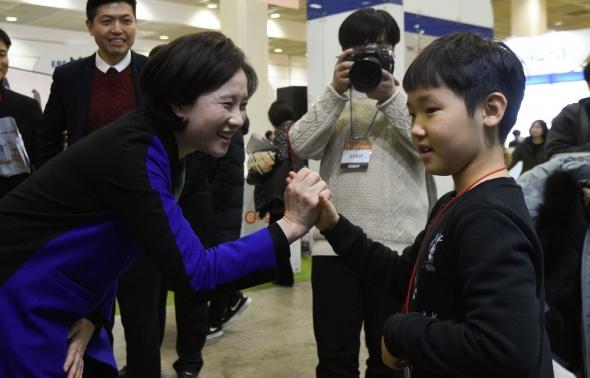 어린이 손잡은 유은혜 교육부 장관