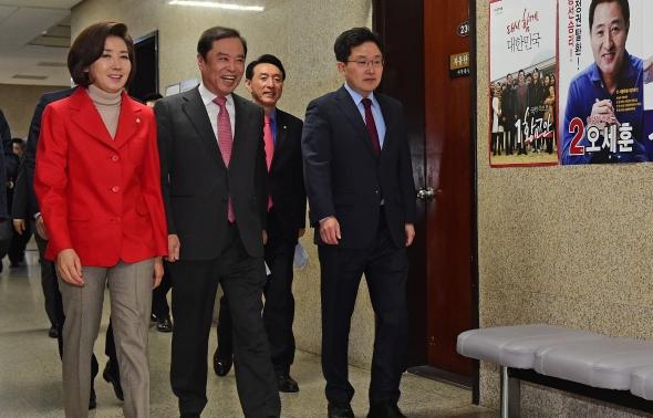 비대위 회의 참석하는 김병준-나경원