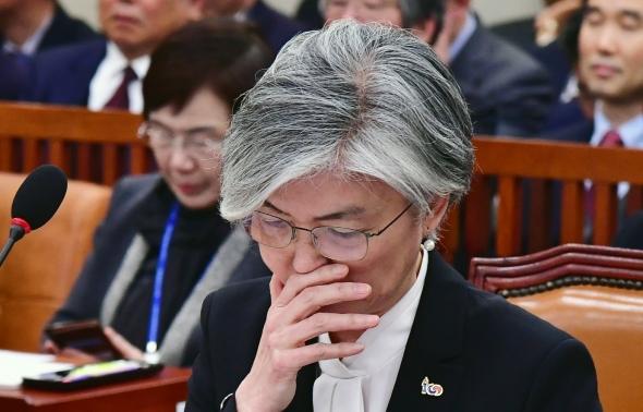 답변 고심하는 강경화 외교부 장관