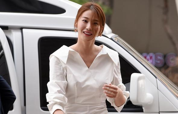 유인영, 봄을 알리는 하얀 원피스