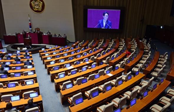 한국당 없이 연설하는 윤소하 원내대표