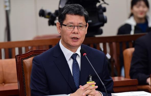 답변하는 김연철 통일부 장관 후보자
