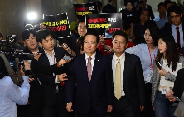 한국당 항의 받는 홍영표