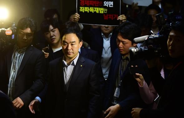 한국당에게 항의 받는 채이배
