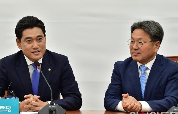 대화 나누는 오신환 원내대표와 강기정 정무수석