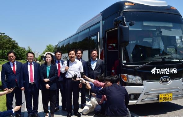 황교안 대표 '민생투쟁 버스 대장정'