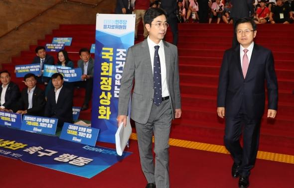 '국회정상화 농성장' 지나치는 황교안 한국당 대표