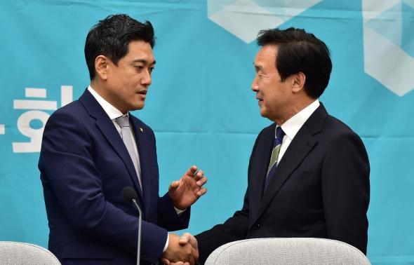 오신환 원내대표와 악수하는 손학규 대표