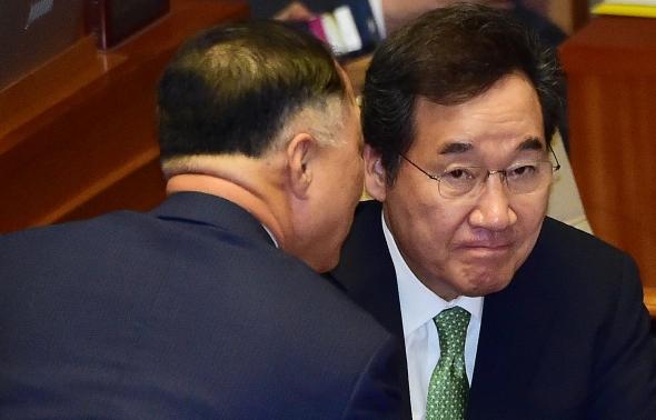 논의하는 이낙연 총리와 홍남기 경제부총리