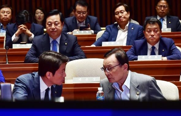 논의하는 이해찬 대표와 이인영 원내대표