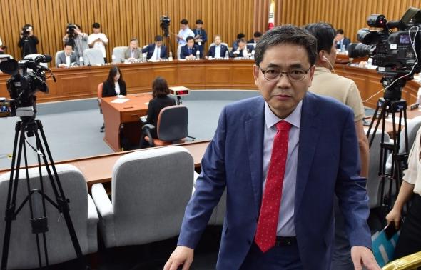 퇴장하는 곽상도 '사법개혁특위 사보임은 불법'
