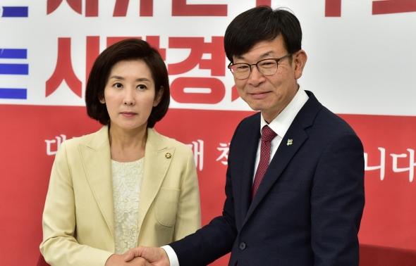 악수하는 나경원 원내대표와 김상조 청와대 정책실장