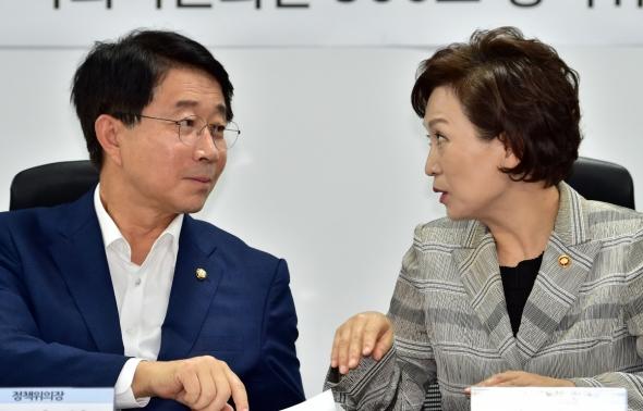 김현미 장관과 대화하는 조정식 정책위의장
