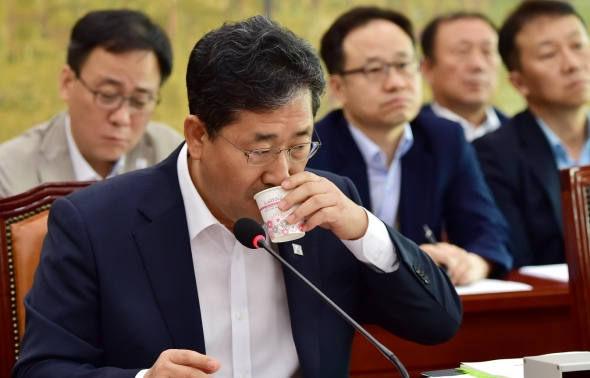 물 마시는 박양우 문체부 장관