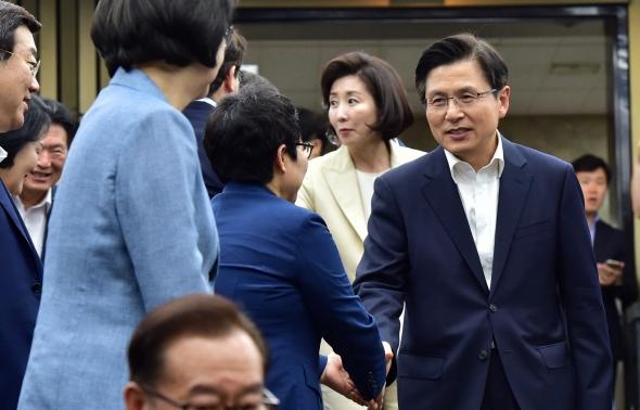 의원들과 인사 나누는 황교안-나경원