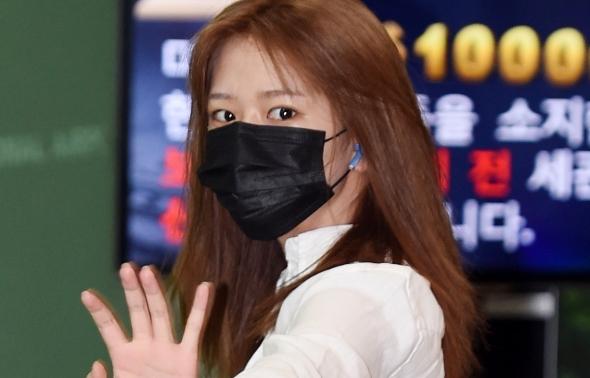 아이즈원 안유진, 공항에서 딱 마주친 눈
