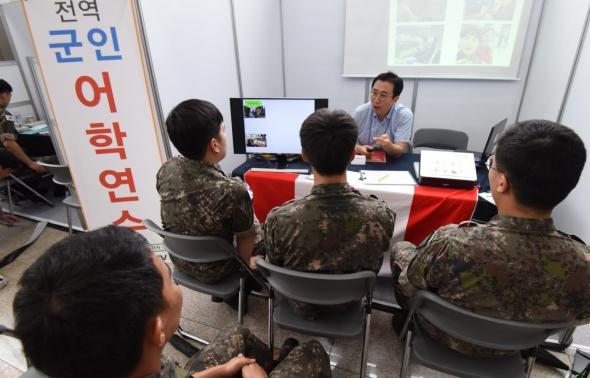 전역 군인 어학연수 상담하는 장병들