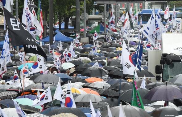 비 내리는 '8·15 태극기 연합 집회'