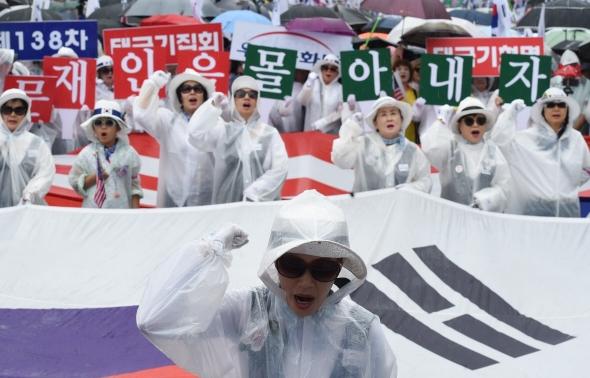 박근혜 전 대통령 석방 촉구 외치는 참가자들