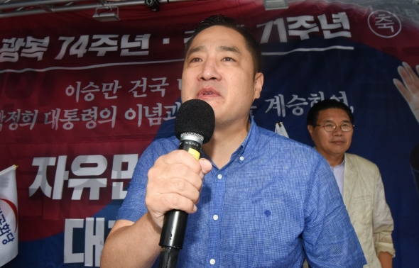 보수집회 참석해 발언하는 강용석