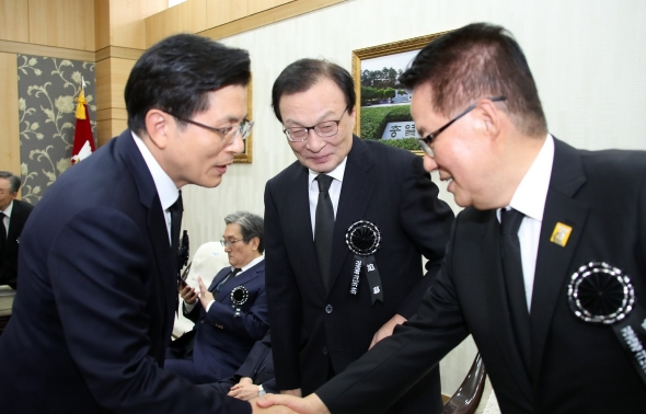 악수하는 황교안 대표와 박지원 의원