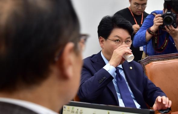 물 마시는 장제원 한국당 간사