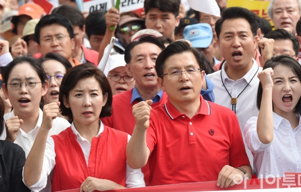 구호 외치며 행진하는 황교안-나경원