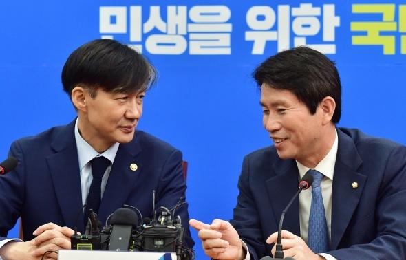 대화하는 이인영 원내대표와 조국 법무부 장관