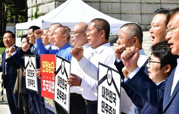 구호 외치는 자유한국당 삭발 의원들