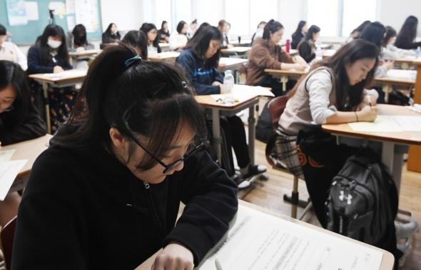 수능 모의고사 치르는 학생들